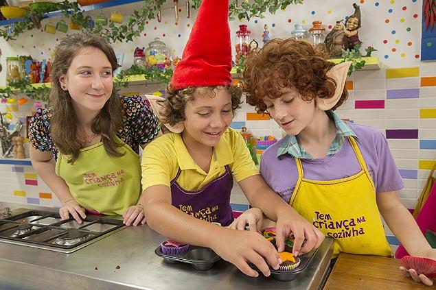 Guloseimas Luisa Giesteira, Eduardo Martins e Luigi Montez preparam cupcakes na estreia da nova temporada do 'Tem Criança na Cozinha', no dia 17, no canal Gloob (Juliana Coutinho/Divulgação)
