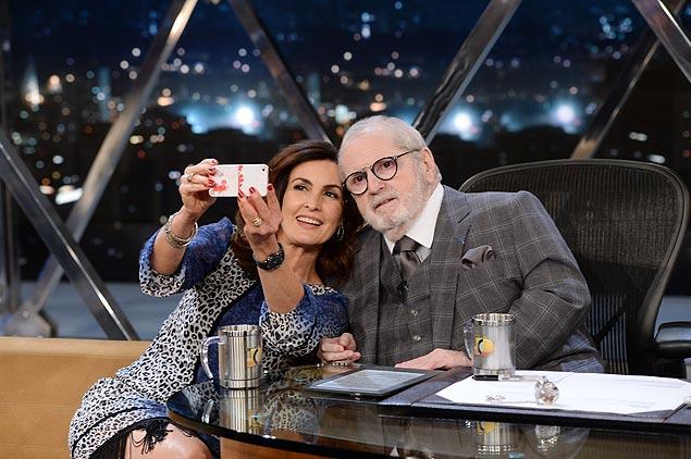 """NAS ALTURAS Fátima Bernardes fala do pavor que sempre teve de avião no """"Programa do Jô"""" (Globo) de hoje; os dois ainda se divertem fazendo uma selfie"""