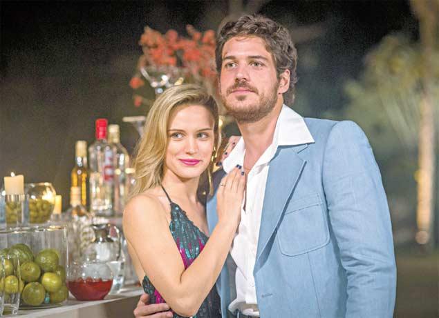 BOOGIE OOGIE: Eis Vitória (Bianca Bin) e Rafael (Marco Pigossi), que serão casal até ele conhecer Sandra (Isis Valverde) na novela das 18h da Globo (Crédito: Paulo Belote/TV Globo)