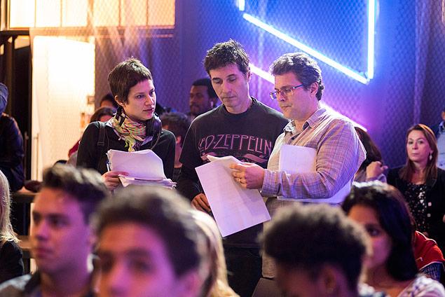 """Ponta: O cantor Dinho Ouro Preto (ao centro) é orientado por Luiz Henrique Rios (diretor) e Joana (assistente) em gravação de """"Malhação"""" (Globo)"""