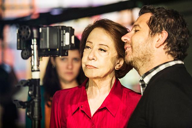 Bastidor: Fernanda Montenegro confere com o diretor Maurício Guimarães o material gravado para a campanha 'Criança Esperança', da Globo (Crédito: Aline Massuca/TV Globo)