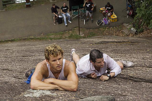 É o Amor: O ator australiano Ryan Kwanten (à esq.) e Marcelo Serrado tentam escalar o Pão de Açúcar em cena do filme 'Rio, Eu Te Amo', que estreia no dia 11 (Crédito: Divulgação)