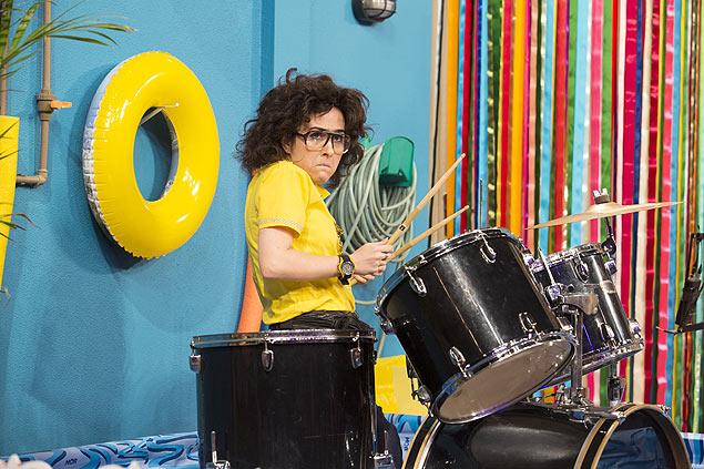 Ponta Tatá Werneck vive a taxista Eloísa e toca bateria na segunda temporada da sitcom 'Vai que Cola', que estreia no dia 1º de setembro no Multishow (Crédito: Juliana Coutinho/Multishow)