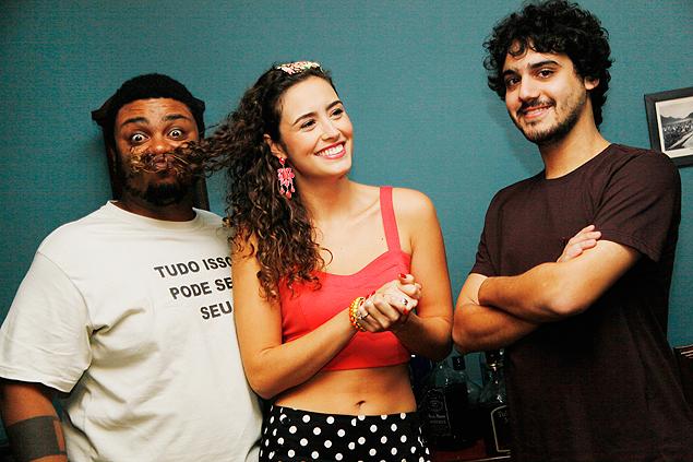Nacional George Sauma, Amanda Richter e Danilo de Moura nas gravações de 'Meu Amigo Encosto', série que estreia nesta quarta-feira (24) no canal Viva (Crédito: Divulgação)