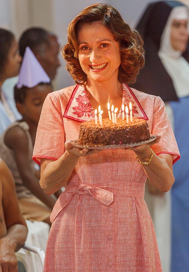 Avesso: Eis a atriz Zezé Polessa na pele da bondosa Dulcinha, no filme Irmã Dulce', muito diferente da picareta Magnólia, que ela vive em Império' (Globo)