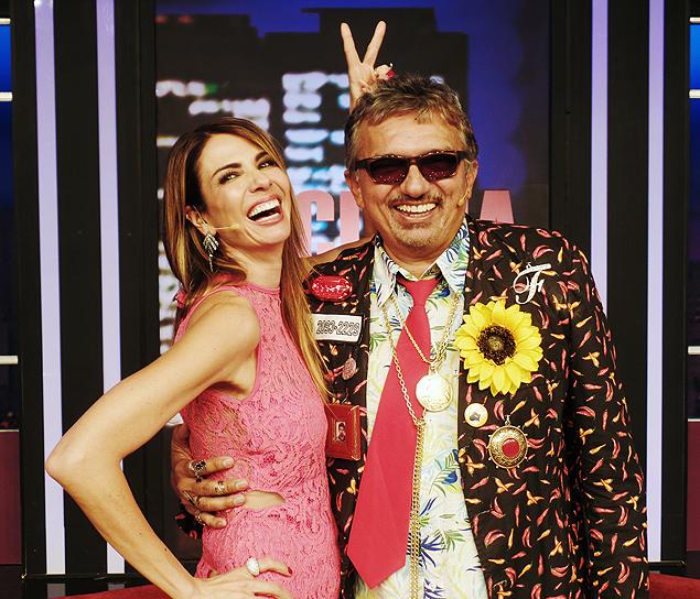 Rei do Brega: Luciana Gimenez se diverte com o cantor Falcão, entrevistado do programa 'Luciana By Night' de terça-feira (7), na RedeTV! (Crédito: Vieira Press/Divulgação)