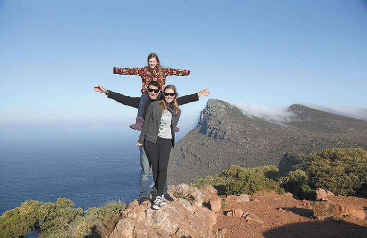 BAGAGEM: Bellinha, Pato e Fabi posam no Cabo da Boa Esperança, na África, na nova temporada de 'Nalu Pelo Mundo', que estreia quinta (6), no Multishow (Crédito: Divulgação)