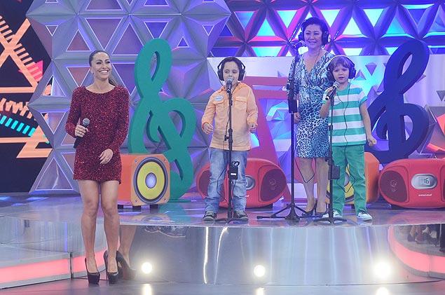 Em família: A mãe de Sabrina Sato, dona Kika (ao fundo), participa no sábado (8) do quadro 'Canta pra Mim', do programa da filha na Record (Crédito: Antonio Chahestian/TV Record)