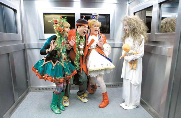 Sérgio Mallandro e duas atrizes se assustam com a menina fantasma em cena de 'É Natal, Mallandro!', que vai ao ar no dia 23, no SBT (crédito: divulgação)
