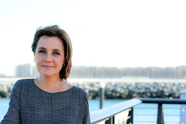 Adeus, Carminha: Eis Adriana Esteves em Dubai, durante as gravações de 'Babilônia', próxima novela das 21h da Globo, em que ela viverá a megera Inês