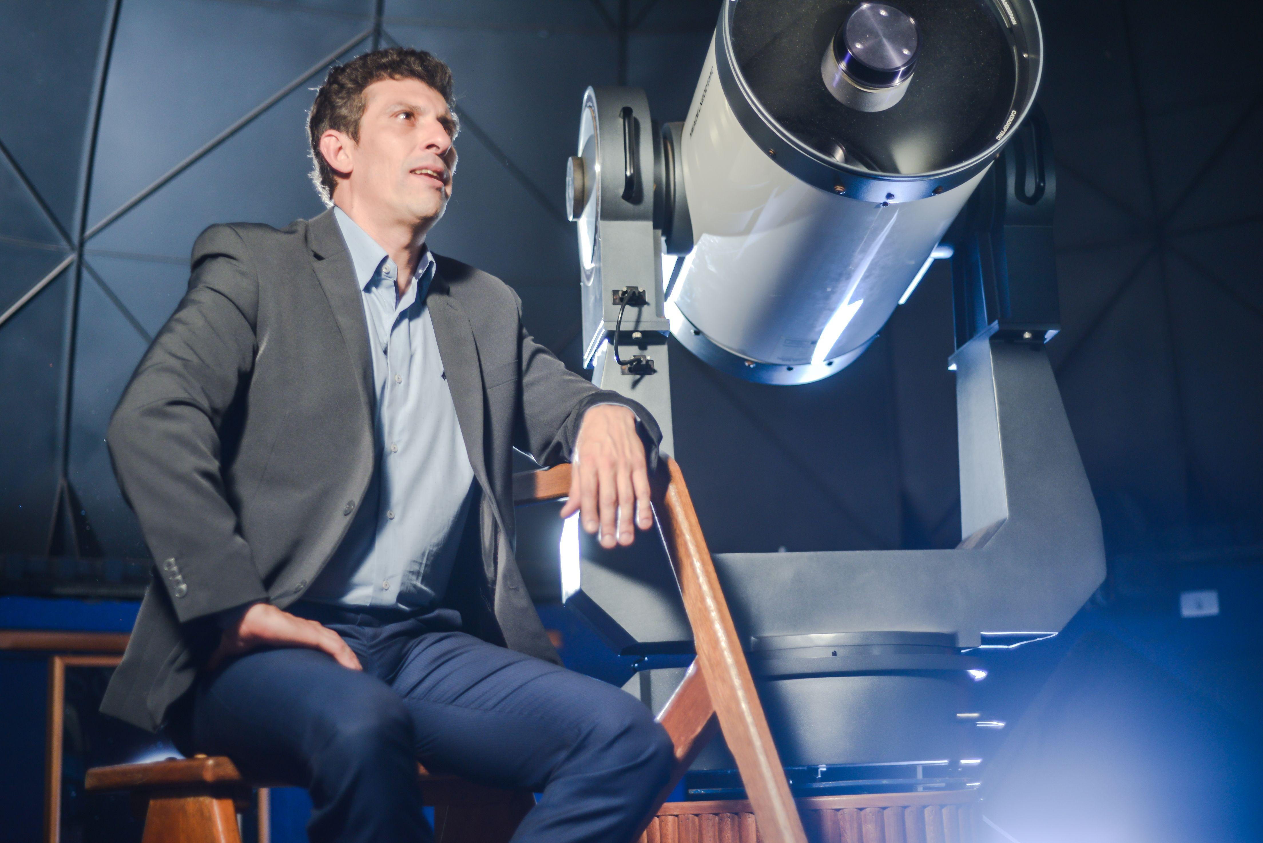: TERRÁQUEO À frente do 'Segredos da Nasa', Mihem Cortaz vai investigar o avistamento de OVNIs a partir do dia 26 no Discovery Channel (Créditos: Cauê Moreno/Discovery)