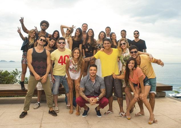 CASAMENTEIRO - O apresentador Felipe Titto (ao centro, abaixado) com os 20 solteiros do 'Are You The One? Brasil', reality que a MTV estreia no dia 1º (crédito: Carolina Vianna/MTV)