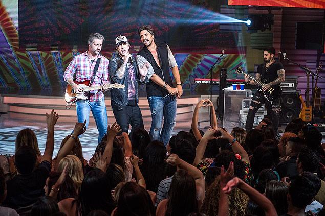 MISTURA: A dupla Victor & Leo recebe a banda Malta no 'Sai do Chão' (Globo) deste domingo (11); juntos cantam os hits 'Diz Pra Mim' e 'Borboletas'