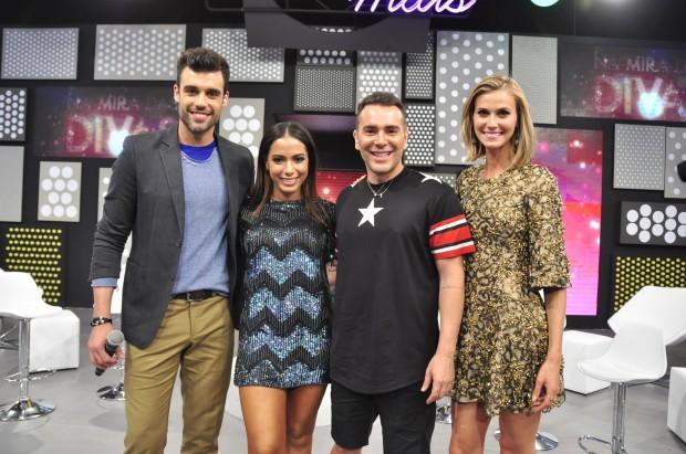 """funk Na estreia de """"Chega Mais"""" (RedeTV!), neste domingo (1), Adriano Dória (esq), Renata Kuerten e Matheus Mazzafera entrevistam Anitta (Foto: Wayne Camargo/ RedeTV!)"""