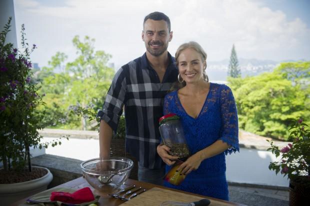 SABOR O ator Carmo Dalla Vecchia preparará um suco verde para a apresentadora Angélica em 'Estrelas' (Globo), que irá ao ar no sábado (14)  (Foto: Renato Rocha Miranda/Globo)