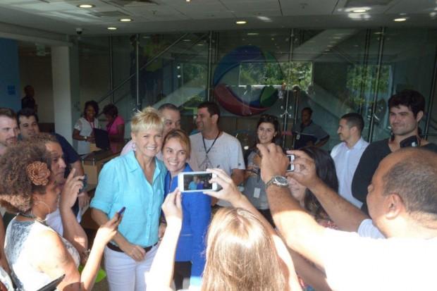 Xuxa tira fotos com funcionários da Record no Rio