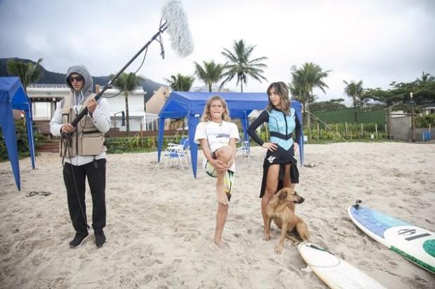>> CAMUFLADO Para surpreender fã, o surfista Gabriel Medina (à esq.) finge ser técnico de som no 'Programa da Sabrina' (Record) deste sábado (20). (Edu Moraes/Divulgação)