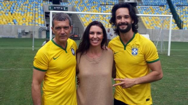 BOLÃO O ator espanhol Antonio Banderas conheceu o Maracanã ao lado de Rodrigo Santoro (à dir.) e Glenda Kozlowski; o tour vai ao ar no 'Globo Esporte' do dia 7 (Divulgação)