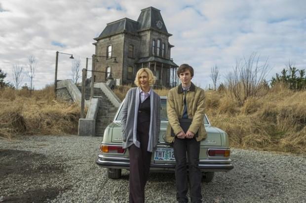 """A 3ª temporada de """"Bates Motel"""" estreia em 2 de julho, às 22h, no Universal. A série é baseada em personagens do filme """"Psicose"""" (1960). Em seu novo ano, ela focará a evolução da família Bates (Vera Farmiga, à esq., é a matriarca Norma) e o declínio de Norman (Freddie Highmore).(Divulgação)"""