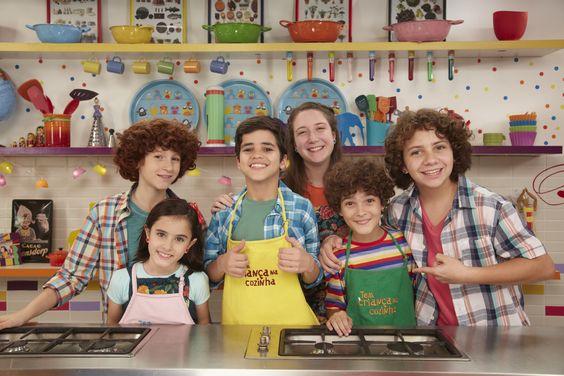 OI E TCHAU Antigos apresentadores mirins do 'Tem Criança na Cozinha' (Gloob) gravaram chamadas da atração com os que assumirão os aventais na 4ª temporada, em setembro (Ju Coutinho/Divulgação)