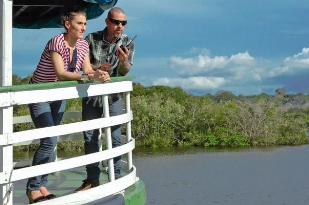 >> Cozinha andante Paola Carosella e Henrique Fogaça, jurados do 'MasterChef' (Band), no rio Negro, em Manaus, em barco que servirá de cozinha da próxima prova do 'reality show' gastronômico (Carol Gherardi/Divulgação)