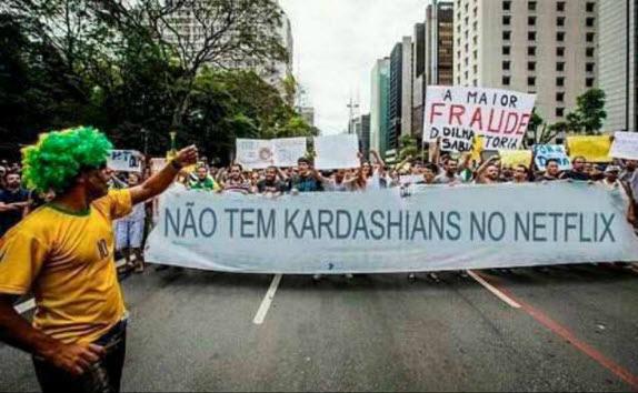 >> Em brincadeira na internet, fãs do 'reality' americano 'Keeping Up with the Kardashians' (E!) fizeram uma montagem com foto das manifestações de domingo (16), para 'reclamar' que a atração não está na Netflix