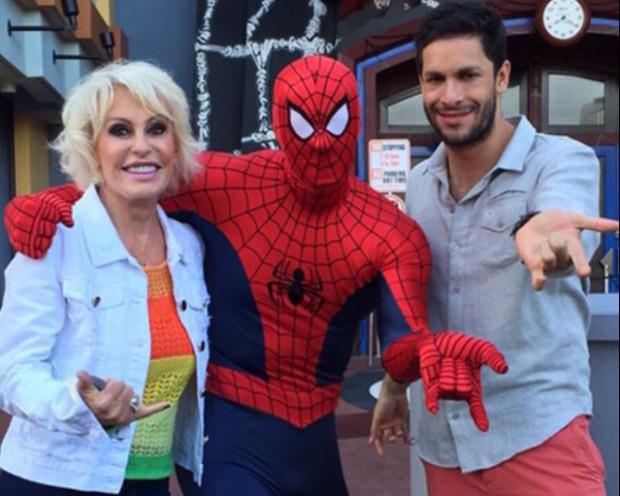 >> NA AMÉRICA  Ana Maria Braga grava com Rainer Cadete nos estúdios da Universal, em Orlando, e não na Disney, para o 'Mais Você' (Globo) de sexta (23) (Arquivo pessoal)