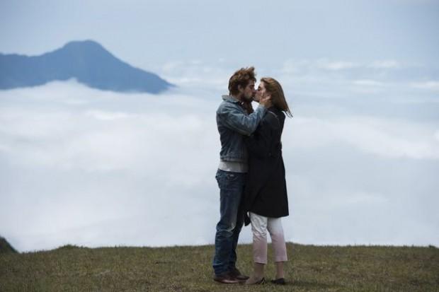 <3 MODERNO Lívia (Alinne Moraes) e Felipe (Rafael Cardoso) se beijam pela primeira vez na nova fase de 'Além do Tempo' (Globo); no ar nesta  quarta (28)