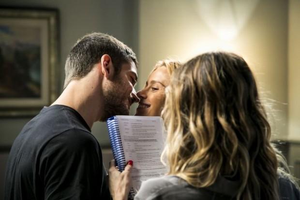 >> ROMANCE IDEAL A diretora Amora Mautner dirige a cena na qual Dante (Marco Pigossi) e Lara (Carolina Dieckmann) finalmente se beijam em 'A Regra do Jogo' (Globo); vai ao ar nesta sexta (13) (Paulo Belote)