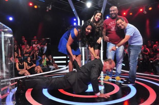 SEM LIMITE Também no sábado, Marcelo de Carvalho fará flexões (!) no palco do 'Mega Senha' (RedeTV!)  Fernanda (Simão/Divulgação)