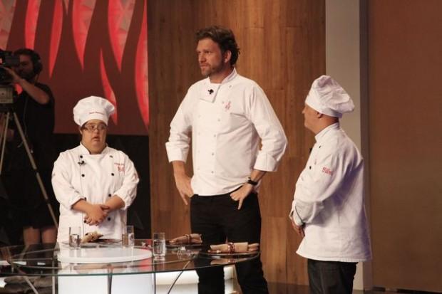 O chef Carlos Bertolazzi (ao centro) com os convidados Carol e Wagner (Gabriel Gabe/Divulgação)