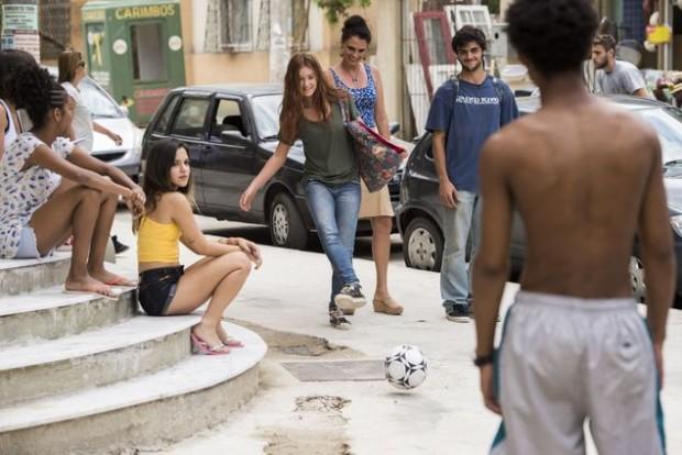 >>É GOL Após visitar a família de Jonatas (Felipe Simas), Eliza (Marina Ruy Barbosa) baterá bola com os irmãos dele; nesta 5ª, em 'Totalmente Demais'  (Caiuá Franco/Divulgação)