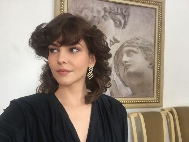 >> BOZOLINA Tainá Müller com visual anos 80 para 'O Rei das Manhãs'; no filme ela é a mulher de Arlindo Barreto, intérprete de Bozo na TV  (Divulgação)