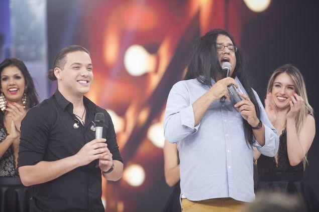 #vaisafadão Geraldo Luís (dir.) veste peruca para receber o forrozeiro Wesley Safadão em seu 'Domingo Show' (Record) do próximo domingo (3)  (Edu Moraes/Divulgação)