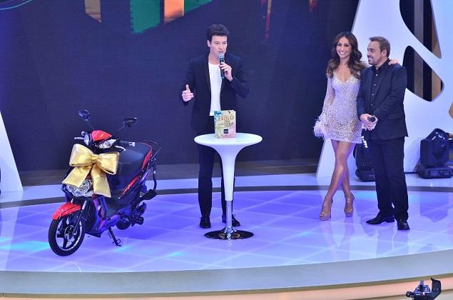 """VRUM Rodrigo Faro comprou uma moto (foto) para seu amigo secreto do especial """"Família Record"""", que vai ao ar nesta terça (21) às 22h30"""