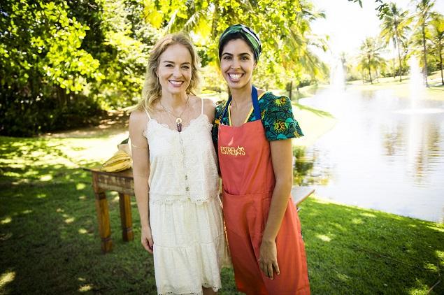 BAHIA Bela Gil (esq.) prepara uma moqueca baiana para Angélica no especial de verão do 'Estrelas'. No ar em 9 de janeiro