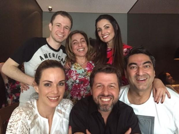 TIM-TIM Os apresentadores do 'É De Casa' (falta André Marques, que saiu mais cedo) e o diretor Alexandre Matoso (ao centro) comemoraram a boa fase da atração em um almoço no sábado (5) (Divulgação)