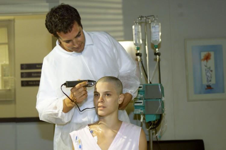 Carolina Dieckmann raspa a cabeça em cena de 'Laços de Família' (Globo)  (Ana Carolina Fernandes/Folhapress)