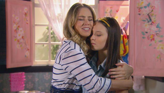 VOLTEI Rebeca (Juliana Baroni )reencontra sua filha Isabela (Larissa Manoela), mas acredita estar com a gêmea Manuela; em 'Cúmplices de Um Resgate' (SBT) de segunda (18) (Divulgação)