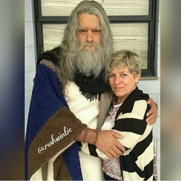 VAZOU Abraçado a uma fã, Guilherme Winter, caracterizado como Moisés, envelhece para o retorno de 'Os Dez Mandamentos' (Reprodução/Instagram)