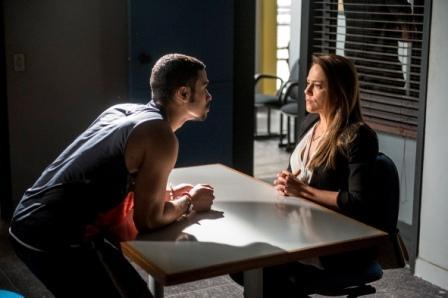 ROUPA SUJA  Em 'Totalmente Demais' (Globo) de terça (19), Lili (Vivianne Pasmanter) vai à cadeia falar com Jacaré (Sérgio Malheiros), que a ameaça (Renato Rocha Miranda/Divulgação)