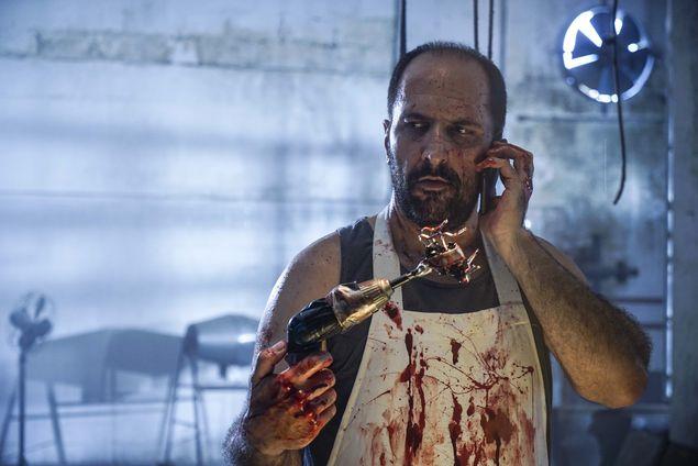 KIBE ESTRIPADOR Antonio Tabet é o detetive Otacílio em 'Contrato Vitalício', primeiro filme do Porta dos Fundos; 'É um vilão que faz o Coringa parecer escoteira', diz o humorista (Rachel Tanugi Ribas/Divulgação)