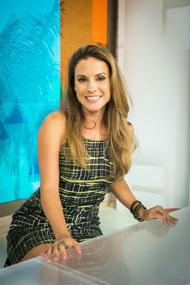 """Maíra Charken na bancada do """"Vídeo Show"""" (João Miguel Junior/Divulgação)"""