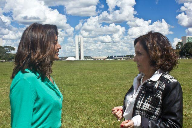 em brasília Dira Paes, no ar em 'Velho Chico', e Stela Miranda são uma senadora e uma ministra que fraudam licitação no filme 'Mulheres no Poder', de Gustavo Acioli (Divulgação)