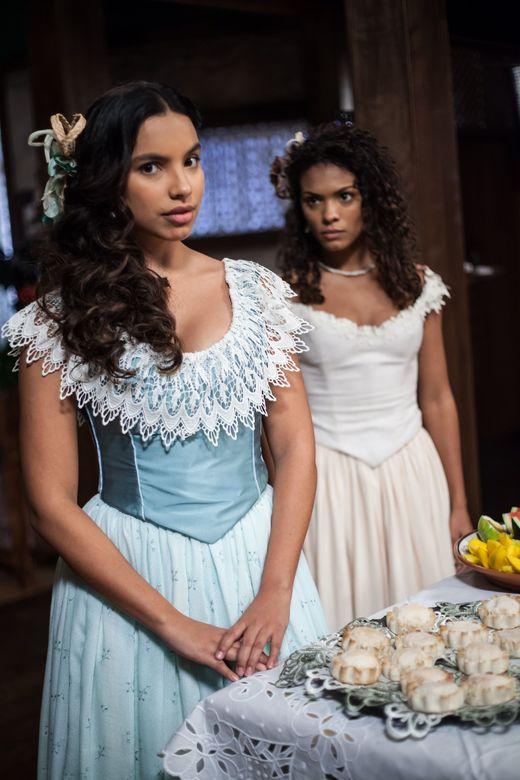 Gabriela Moreyra (à esq.), como a protagonista Juliana, e Lidi Lisboa, no papel da escrava Esméria, em cena de 'Escrava Mãe' (Record)   *** ****