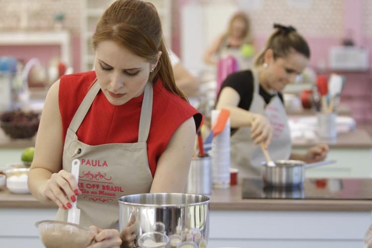 A participante Paula, que tem a mãe como sua concorrente no 'Bake Off Brasil' (Gabriel Gabe/Divulgação)