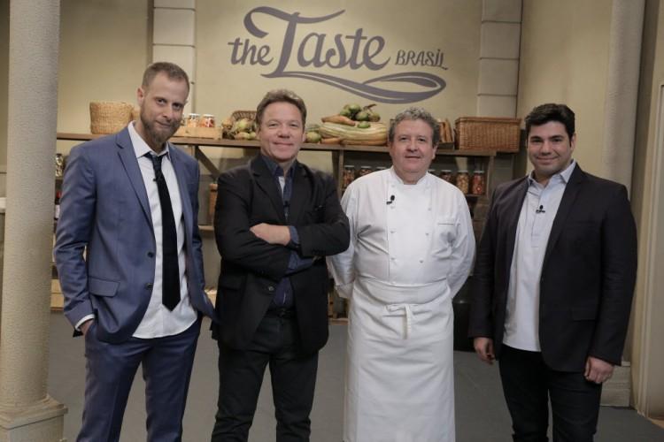 Na beca Os chefs André Mifano, Claude Troisgros e Felipe Bronze recebem o colega Laurent Suaudeau na final do 'The Taste' (GNT) nesta quinta-feira (12) (Divulgação)
