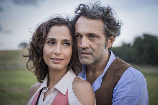Tereza (Camila Pitanga) e Santo (Domingos Montagner) em cena de 'Velho Chico' (Globo) (Caiuá Franco/Divulgação)