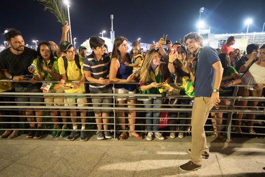 O tenista Gustavo Kuerten, comentarista da Globo na Olimpíada, na chegada do estúdio da emissora no parque olímpico (Diego Padgurschi/Folhapress)