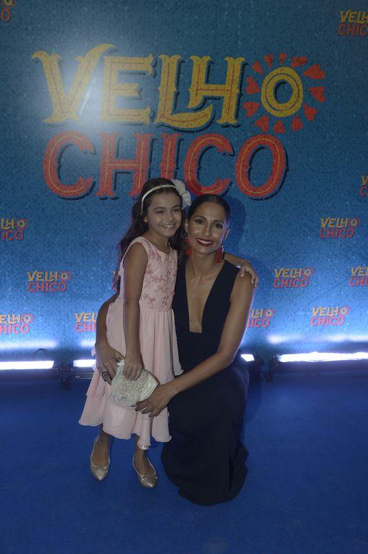 A atriz-mirim Isabella Aguiar ao lado de Camila Pitanga na festa de 'Velho Chico' (Renato Miranda/Divulgação)